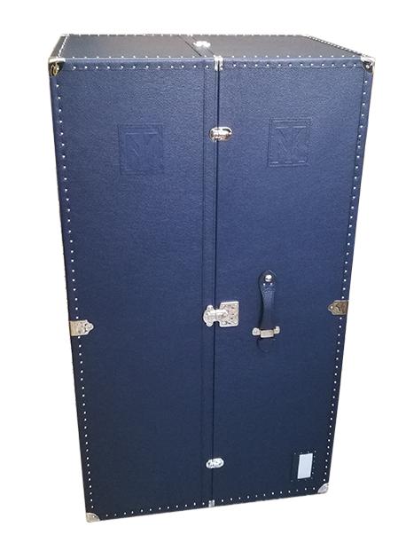 baule in pelle verticale con inserti in metallo